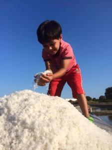 Recolte de sel par les enfants Les Salines Les Sables d'OLonne